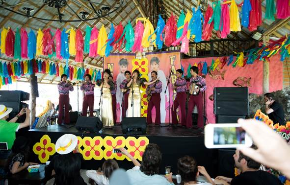 Carolina Gaitán y Yuri Vargas sorprendieron a los invitados con la interpretación de las canciones más representativas de las Hermanitas Calle.