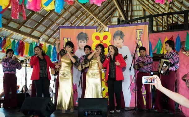 Las protagonistas de Hermanitas Calle, Yuri Vargas y Carolina Gaitán invitaron al escenario a Fabiola y a Mary Calle para que cantaran junto a ellas algunos de los éxitos de este inolvidable dueto de música carrilera.