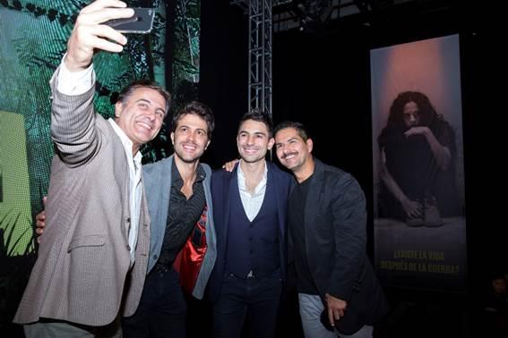 El actor Marcelo Dos Santos (izquierda) registró en su celular los mejores momentos de este lanzamiento para medios de comunicación. En la foto junto a Juan Manuel Mendoza, Sebastián Eslava y Sebastián Aragón