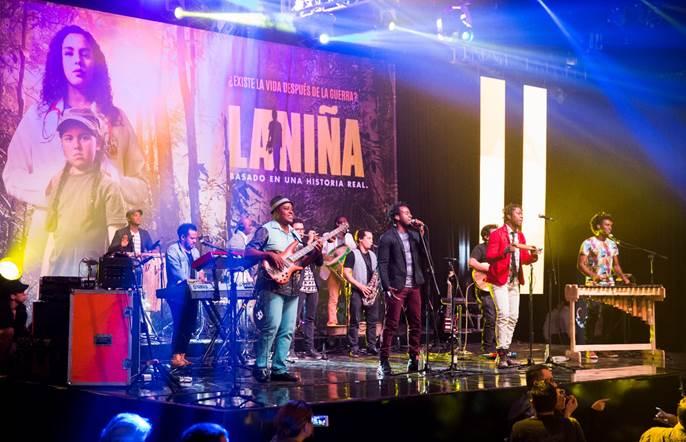"""Con sonidos de la región pacífica colombiana, el grupo Herencia de Timbiquí interpretó la canción """"Te Invito"""" que hace parte del cabezote de la serie."""